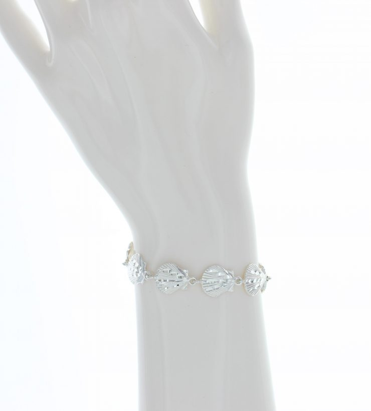 A photo of the Shinny Scallop Shell Bracelet product