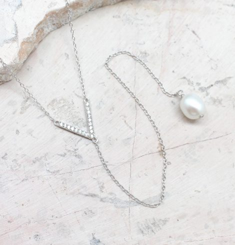 A photo of the Pearly Shine Necklace product