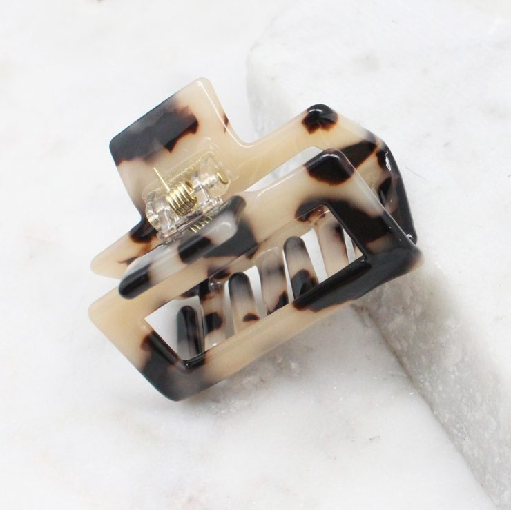 A photo of the Beige Tortoise Shell Claw Clip product